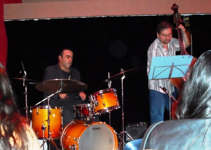 http://argentjazz.com.ar/wp-content/uploads/2013/02/Giunta-Trio.jpg