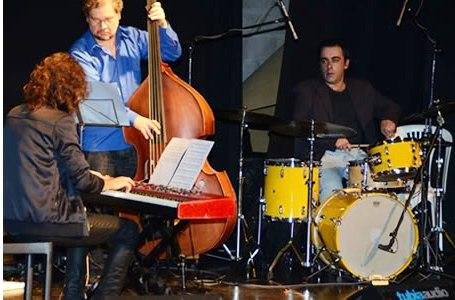 http://argentjazz.com.ar/wp-content/uploads/2014/01/Super-Trio-Tarde-de-Jazz.jpg