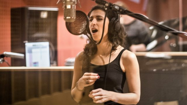 http://argentjazz.com.ar/wp-content/uploads/2021/04/Luciana-Morelli-at-the-studio_Photo-by-Laura-Sánchez-640x360.jpg
